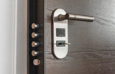 Comment débloquer la serrure de ma porte d'entrée?